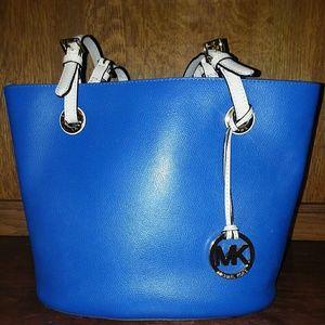 Micheal Korrs medium size purse